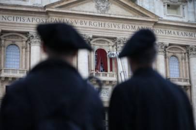 Due preti guardano la facciata di San Pietro alla vigilia del Conclave (Foto: Peter Macdiarmid/Getty Images)