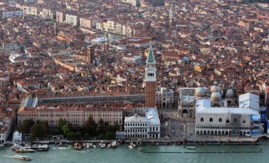 Venezia, vaporetto contro una chiatta: paura e feriti