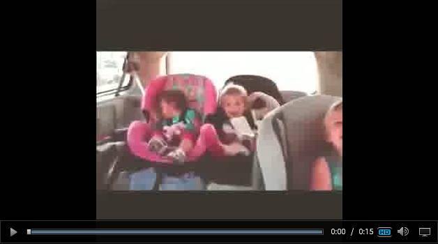 Video divertente – tre sorelline si scatenano in auto a suon di