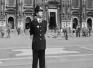 Vigile in Piazza Duomo (Totò, Peppino e la malafemmina- screen shot youtube)
