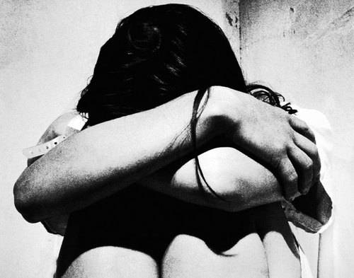 A 16 anni gli amici la facevano prostituire per 5-10 euro. Quattro professori tra i clienti…