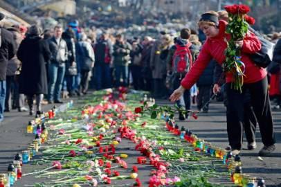 I cittadini di Kiev rendono omaggio alle vittime della repressione (Getty images)