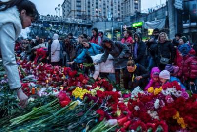Manifestanti ricordano le vittime a Kiev (Getty images)