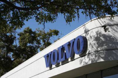 Fabbrica con logo della casa automobilistica Volvo (Getty images)