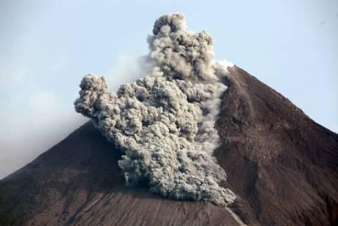 In Indonesia il vulcano Erapi erutta e mette in fuga migliaia di persone